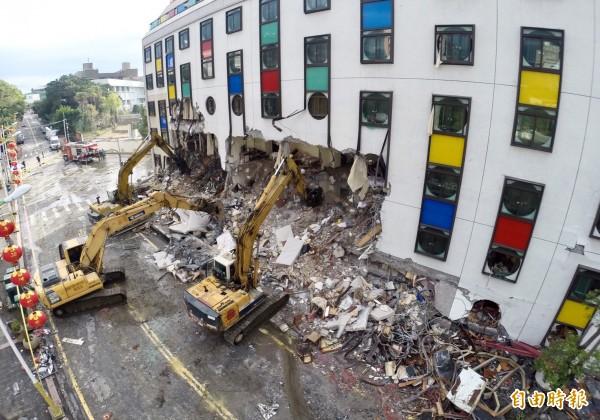 統帥飯店9日上午開始進行拆除作業。(記者羅沛德攝)