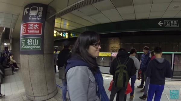 當他們坐到中正紀念堂站時,轉車處就在對面,這也讓他直呼非常方便,他們也發現等車群眾十分安靜。(圖擷取自YouTube)