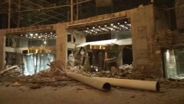 位於九寨縣漳扎鎮的九寨天堂洲際大飯店大廳垮塌,有人被埋壓,據報整個飯店大約有2000餘人。(圖擷取自微博)
