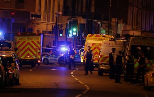 英國倫敦芬斯伯瑞公園清真寺(Finsbury Park Mosque)發生廂型車衝撞造成1死10傷,目前警方已朝向恐攻展開調查。(法新社)