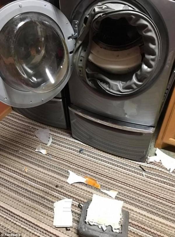 洗衣機爆炸現場。(圖擷取自《每日郵報》)