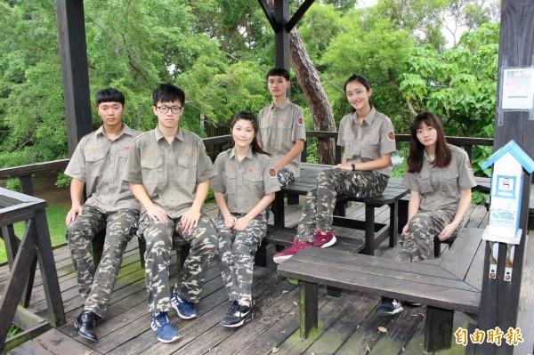 彰化藝術高中迷彩制服呼應綠林校園,如同在森林中上課。(記者張聰秋攝)
