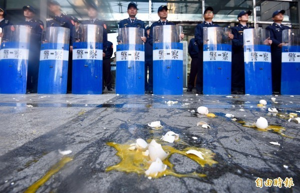 活動當天,抗議群眾一邊喊著「假改革、真鬥爭」口號,一邊丟雞蛋跟撒冥紙。(記者羅沛德攝)