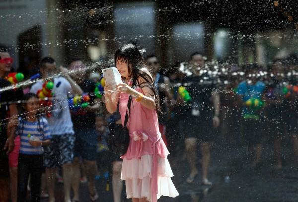 泰國潑水節慶祝活動今日起一連舉行3天,但當局在宣導防止性騷擾時,竟指出女性應「穿著得體」,甚至規定穿著太過暴露也要罰款,引發外界強烈質疑。(歐新社)