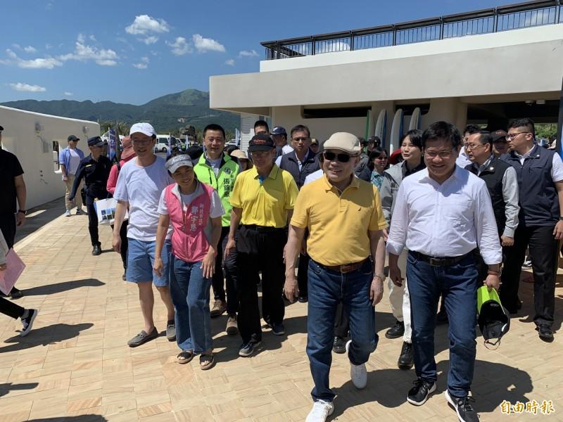 行政院長蘇貞昌臉上塗太多防曬霜臉色變白,引網上熱議。(資料照)