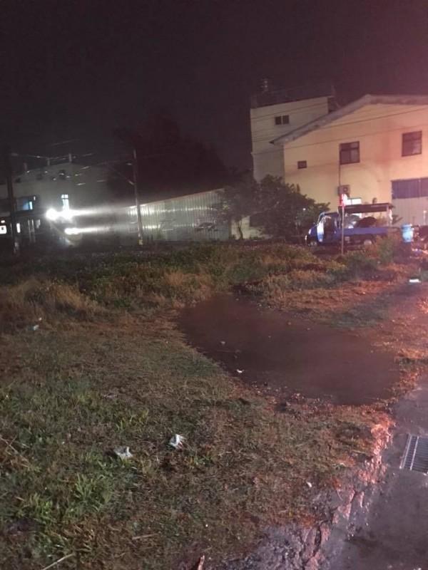 嘉義縣大林鎮瑞德北交流道,上週六發生一輛小貨車開上鐵道,險遭火車迎面撞上的事件。( 翻攝自臉書社團「大林MyDarling我的家」)