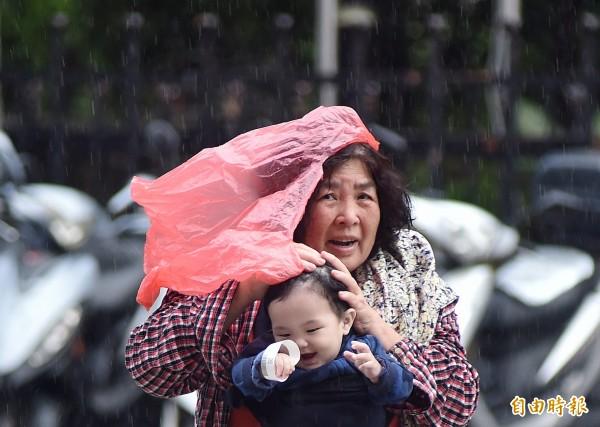 明日因雲系南下影響,台灣各地降雨機率都會提高,西半部嘉義以北,到宜蘭、花蓮的雨勢會較為明顯,台南以南則屬飄雨,時間也較短暫。(資料照)