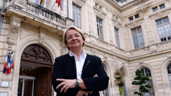 國南部小城波萊納(Bollene)市長龐帕爾(Marie-Claude Bompard),拒絕、也不願指派他人,替一對女同志證婚,涉嫌歧視遭起訴。(圖擷取自法國《費加洛報》)