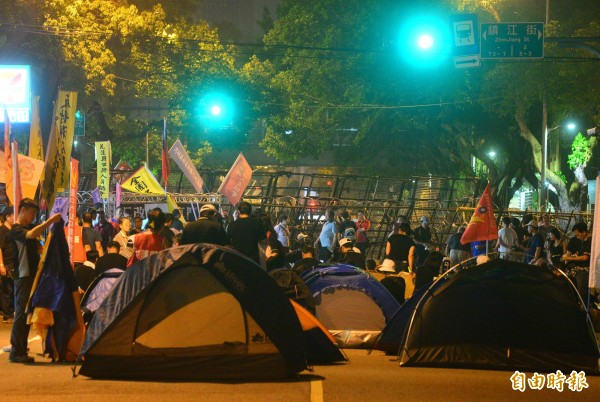 據警方指出,截至晚間10點半,到立院周邊進行陳抗行動的反年改團體,主要集結於濟南路、中山南路、青島東路等處,人數分別有250人、350人、200人,總數約800人。(記者王藝菘攝)