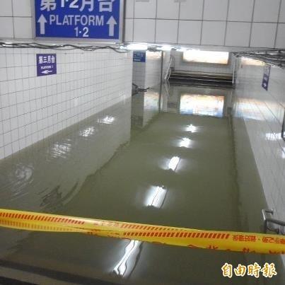 先前中壢火車站地下道曾多次淹水。(王浩宇提供)