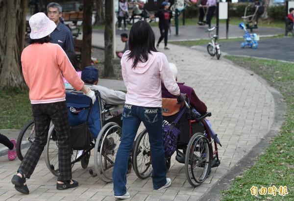 印尼希望在台擔任看護工的印尼移工,也能比照在正式部門的移工,要求調漲最低薪資10%,即最少達到月薪1萬8700元的水準,或調漲至1萬9000元。(資料照,記者廖振輝攝)