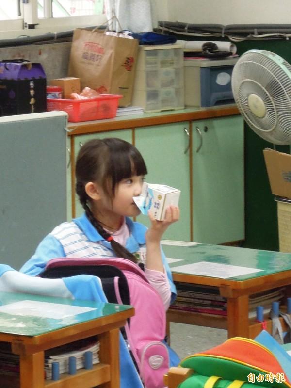 敦化國小部分學童今天反映牛奶有酸味。圖與本新聞無關。(資料照,記者梁珮綺攝)