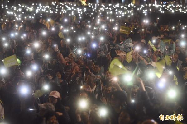 姚文智選前之夜,支持民眾點亮手機,在現場映出一片燈海。(記者簡榮豐攝)