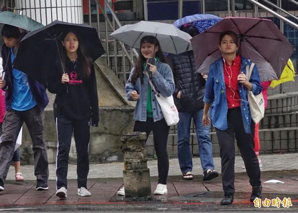 受東北風增強影響,北台灣及東半部降雨機率提高,中南部也會有局部短暫雨。(資料照,記者張嘉明攝)