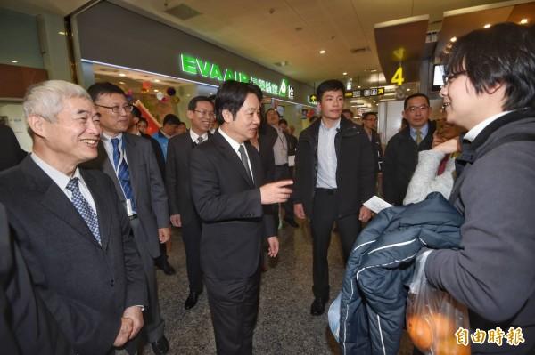 賴清德視察松山機場。(記者方賓照攝)