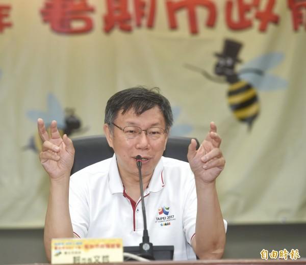 台北市長柯文哲17日出席「嗡嗡嗡市政小蜜蜂--暑期市政體驗營第三梯次開幕式」,為參加學員授證,並回答學員提問。(記者方賓照攝)