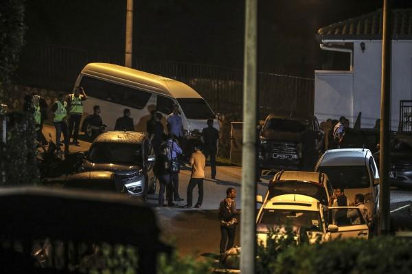 大批警察在納吉布住所搜索。(歐新社)