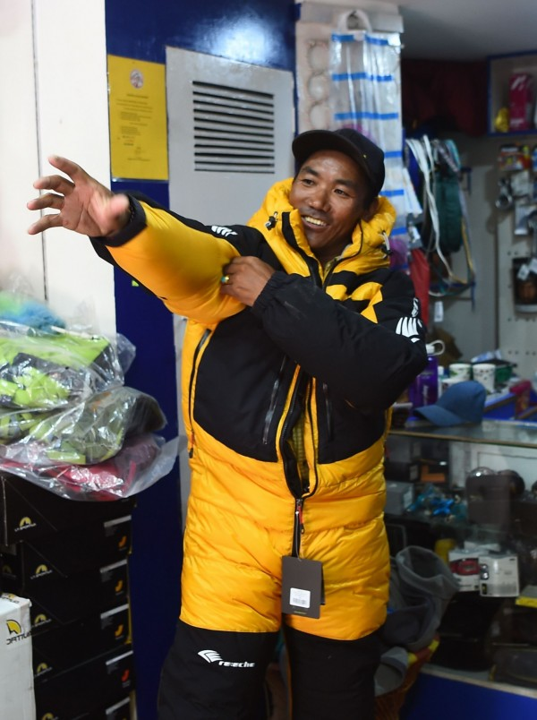 48岁的尼泊尔专业向导卡米.瑞塔.雪巴,第22次攻上圣母峰,改写自己保持的登顶次数的世界纪录。(法新社)