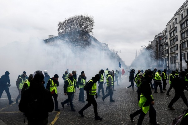 法國巴黎8日「黃背心」運動,整個巴黎街頭陷激戰。(法新社)
