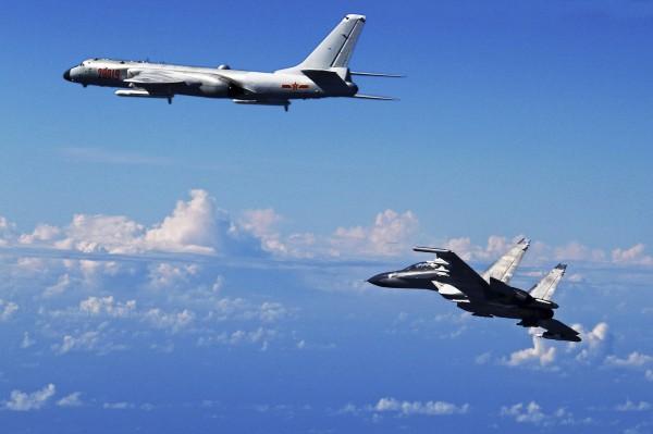 日本政府指出,5架中共軍機飛越日本公股海峽上空,其中一架運8預警機隨後朝台灣海峽飛去。圖為中國軍機巡航時畫面。(美聯社)