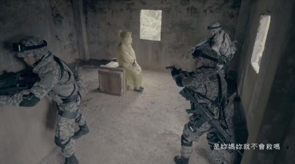 國防部昨日公開最新的形象廣告,請來兩名女性的媽媽扮成人質,讓不知情的她們最後親手救出母親。(圖擷自「國防部發言人」臉書)