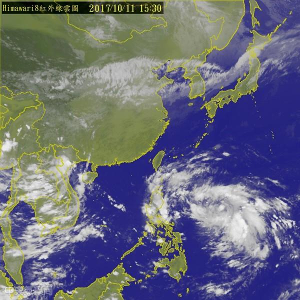 菲律賓東方海面目前在一個大低壓環流中,今早在菲律賓東方海面生成的熱帶性低氣壓發展迅速,有機會在今明成颱。(圖擷取自中央氣象局)