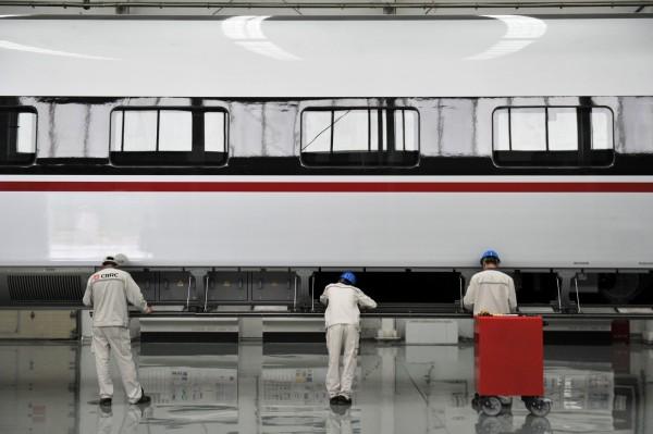 中國高鐵製造商「中國中車」(CRRC)最近爆出貪腐醜聞,其所屬公司有1名員工3年沒上班,卻爽領23.16萬元人民幣(約110萬元新台幣)全額薪資。圖為中國中車的工人們。(資料照,路透)