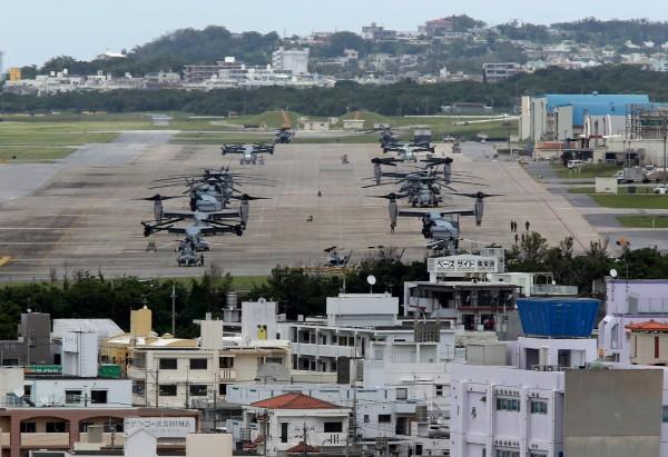 日本沖繩縣宜野灣市一間幼兒園的屋頂上,今早發現有個15公分長的筒狀物,據悉疑是美軍執行飛航任務時不慎落下。圖為普天間基地。(歐新社)