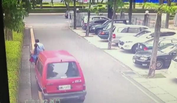 監視器拍下男子洪當興駕紅小貨車從後衝撞律師黃政雄(左前右)與洪妻李怡慧(左前左)。(記者王俊忠翻攝)