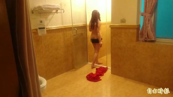 應召女小娜說,現在的客人都喜歡有「女友FU」,從洗澡到完事,大概平均20分鐘就解決一個男客。(記者王捷攝)