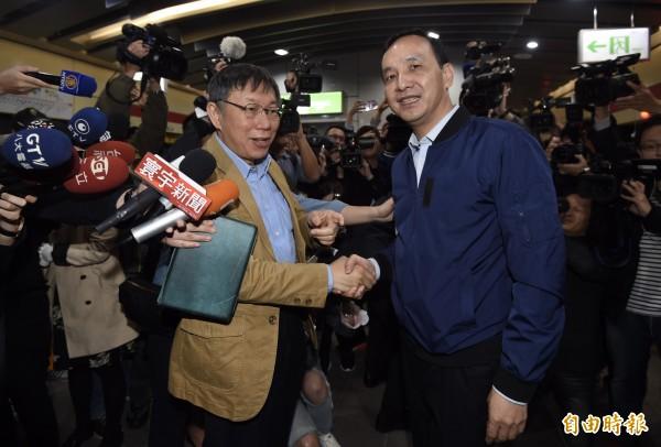 台北市長柯文哲(左)、新北市長朱立倫(右)12日出席公共運輸定期票發行記者會,兩人分別搭乘捷運至大安森林公園站會合。(記者簡榮豐攝)