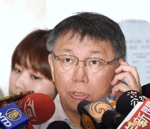 日本《朝日新聞》專訪台北市長柯文哲,不僅認為柯掀起無黨派旋風,更看好是選總統的大熱門。但柯文哲今天強調,他對於選總統完全沒有準備。(記者方賓照攝)
