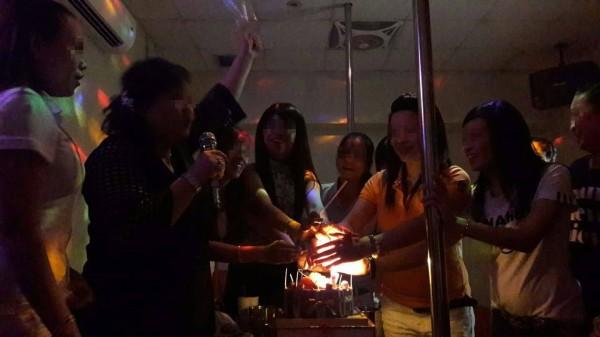 澎湖越南店為客人慶生,拉近客人與小姐間的距離。(民眾提供)