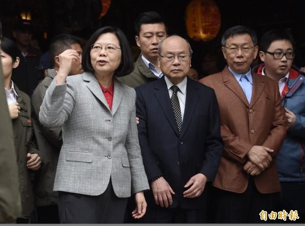 總統蔡英文(左)、台北市長柯文哲(右)傳密會,引發政壇多種聯想。圖為二人今年春節同台拜年。(資料照)