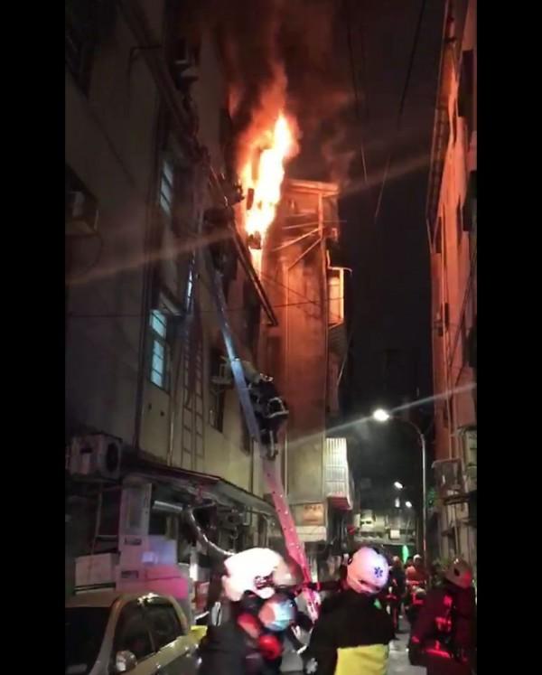 中和區興南路二段發生火警,火舌從四樓竄出(記者陳薏云翻攝)