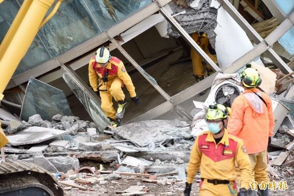 花蓮大地震造成雲門翠堤大樓嚴重傾倒,救難人員持續在瓦礫堆中尋找生還者。(記者羅沛德攝)