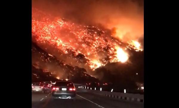 南加州文圖拉郡爆發野火。(取自網路影片)