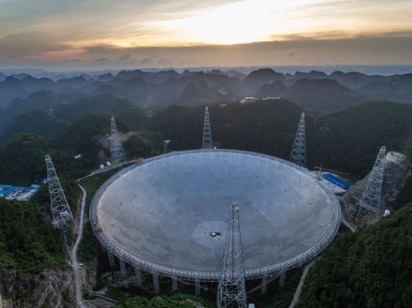 中國貴州的世界最大射電望遠鏡FAST(又稱天眼),傳出將在2019年起開始搜尋外星人。(美聯社)