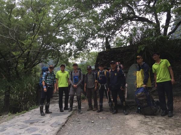 花蓮縣警方、消防、太管處出動12名人力上山搜救。(花蓮縣消防局提供)