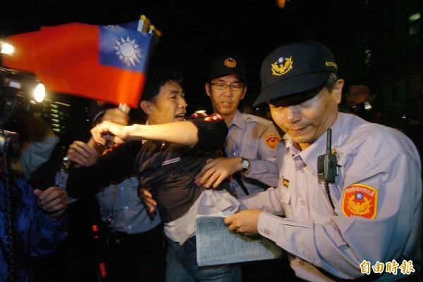 2008年時任中國海協會會長陳雲林來台參訪,有民眾拿國旗到宴會場外,遭警方驅離。(資料照,記者簡榮豐攝)