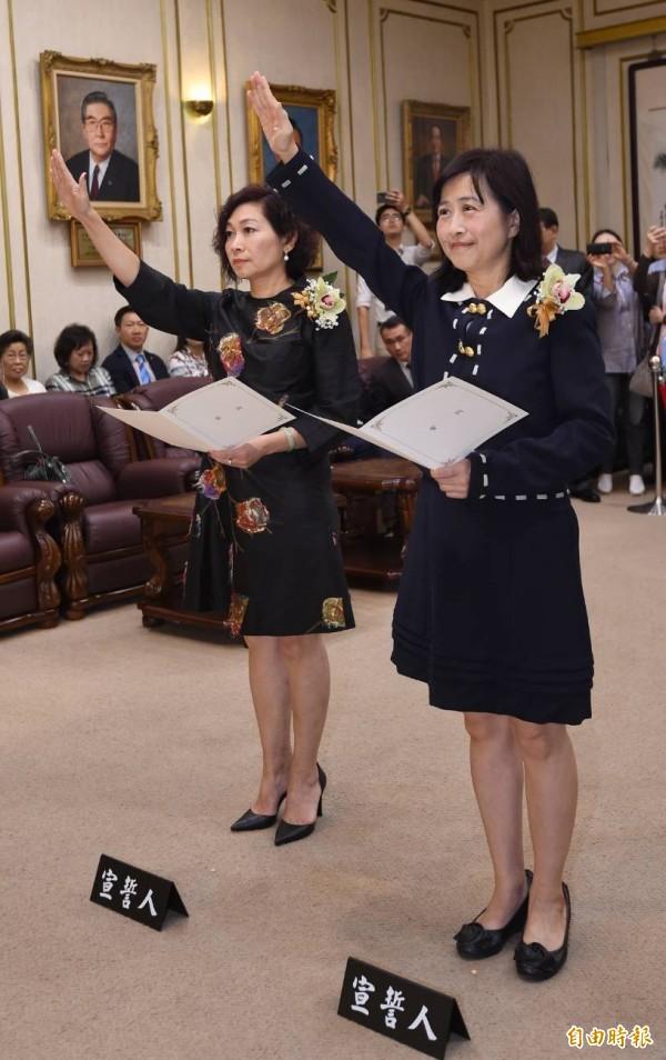 陈静敏(左)、林奕华(右)今宣誓就职。(记者刘信德摄)