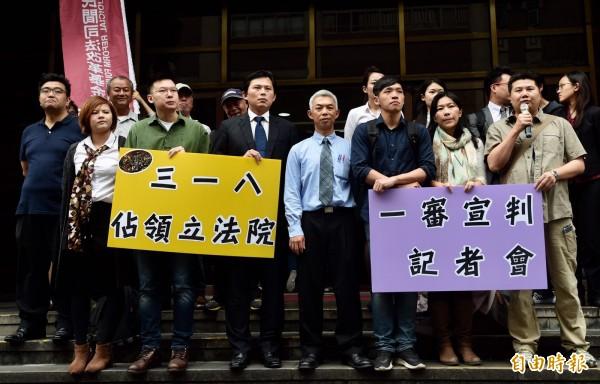 時代力量黨主席黃國昌,以及林飛帆、陳為廷等多位被告今到庭聆聽宣判,稍後將在法院門口開記者會。(記者簡榮豐攝)