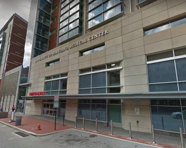 美國馬里蘭大學醫學中心,在深夜氣溫接近零度時,將一名只穿著單薄病人服的女性趕出大門。(圖擷自Google街景)