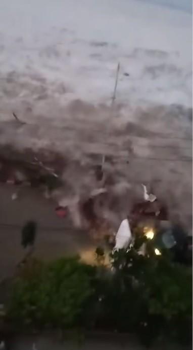 民眾拍下海嘯摧毀民房驚悚的一瞬間。(圖擷取自YouTube)