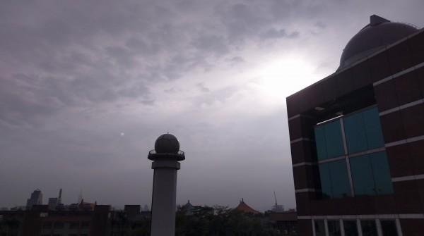 鄭明典指出,今日台北下「日頭雨」,代表鋒後乾冷空氣已經接近北部。(圖擷取自鄭明典臉書)