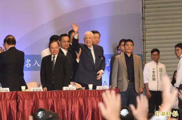 李登輝表示,台灣超過7成5老百姓,認為自己是台灣人,表達台灣人對國家的自我認同,大家更應打拚,宣傳推動「獨立公投,正名入聯」。(記者張忠義攝)