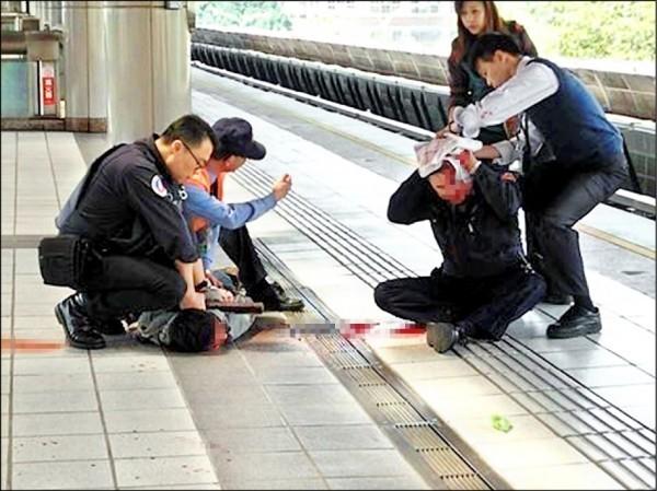 詹男3月在北捷新北投站的車廂內,朝捷運警察隊警員黃豐富猛砍10多刀。(資料照)