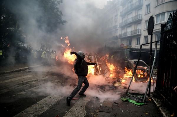 巴黎市區一片混亂。(法新社)