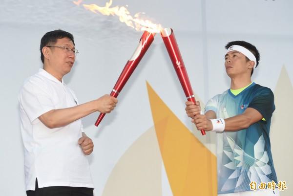 林義傑在2015年時,曾與台北市長柯文哲,一同出席光州世大運籌委會聖火傳遞台北站活動。(資料照,記者廖振輝攝)
