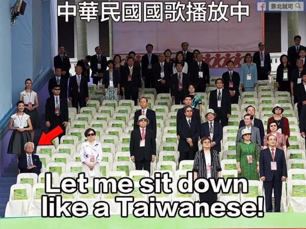小英就職典禮上國歌響起時,觀禮人士紛紛起立,只有獨派大老辜寬敏淡定地坐在位子上。(圖擷取自臉書專頁「靠北就可」)